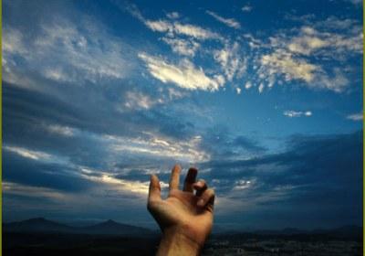 دست دعا بسوی آسمان