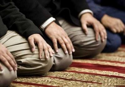 تذکر به کسی که غلط نماز می خواند
